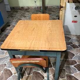 Mesa de madera pequeña con patas metalicas y 2 sillas