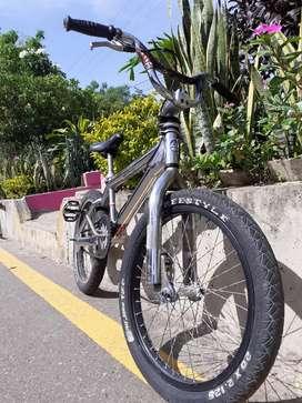 Hermosa bicicleta BMX INSA