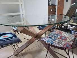 Mesa diseño tapa de vidrio y 4 sillas Bertoia