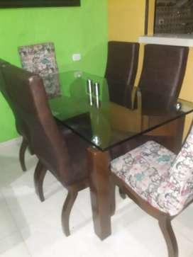 Vendo comedor seis puestos en exelente estado..vidrio grueso pesado sillas en pragna las estampadas tela importada