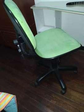 Escritorio y silla en buen estado