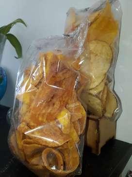 Venta de paquetes de papas, plátanos verdes, surtidos y platanitos maduros.