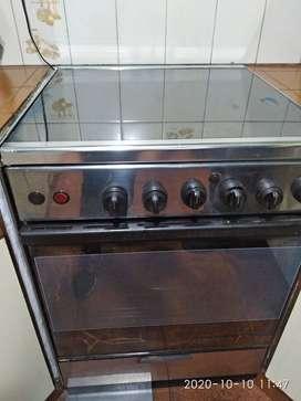 Cocina usada marca westinghouse con tapa de blindex superior y horno con visor y luz interior