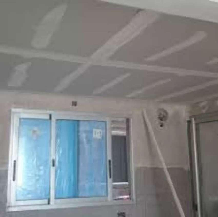 Se realizan trabajos reparación de paredes con yeso y pintura 0