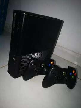 Xbox 360 con 2 controles inalambricos y 5 juegos originales