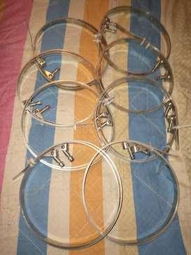 Abrazaderas de acero inoxidables nuevas sin uso