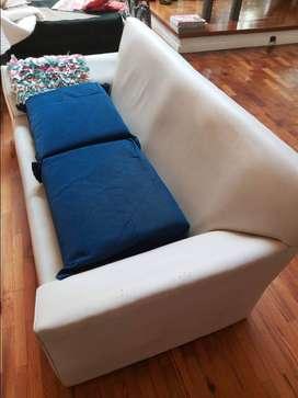 Sillón blanco 3 cuerpos almohadones azules
