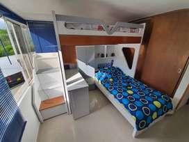 Se vende CAMAROTE EN CEDRO en buen estado,de 2.00 mts de alto x 2.46 de alto color blanco con color madera.