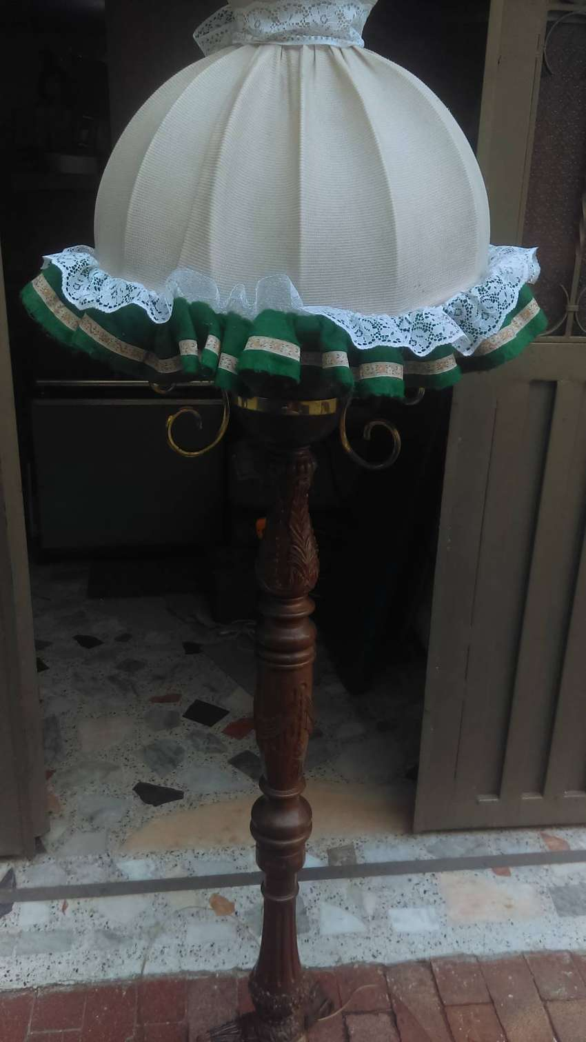 vendo o cambio antigua lampara de pie ,. tallada en fina madera ., 0