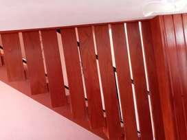 Se hacen todo tipo de trabajos en madera y melamina, se hacen puertas, sofas y muebles (carpintería)