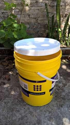 Tarros vacíos de 20 litros para huertas