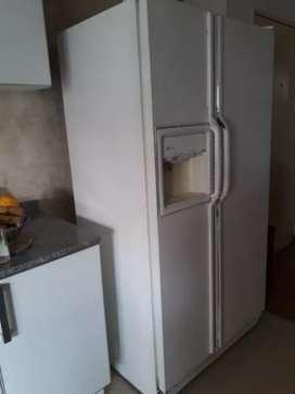 Heladera dos puertas verticales con dispenser de agua y de hielo