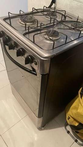 Se vende estufa con horno, tiene gratinador y 4 boquillas. 250 negociables