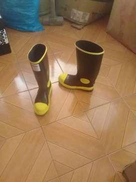 Guantes de construcción y botas de caucho
