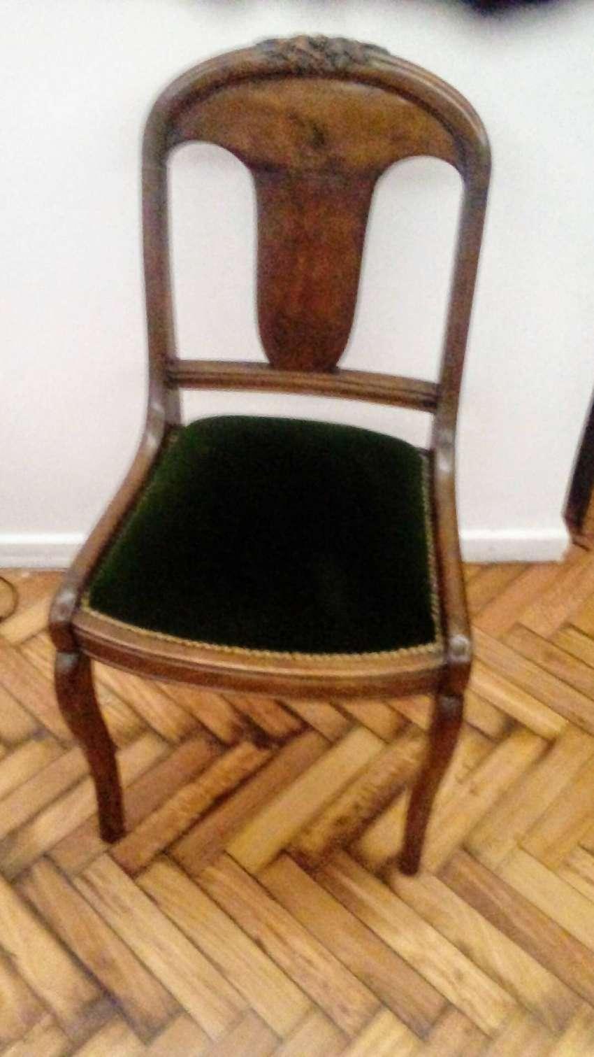 2 sillas de mader, estilo antiguo. 0