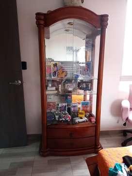 Se vende vitrina-bar en madera