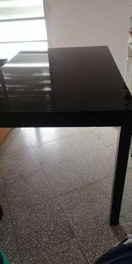 Mesa de madera masisa negra con tapa de Vidrio