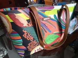 Bolso de colores alegres, ideal para la playa