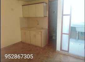 Alquilo habitación amplia con cocina, baño y lavandería.