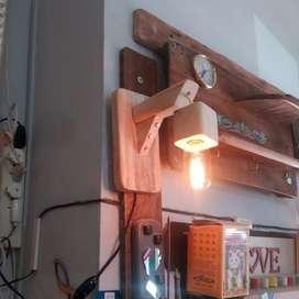Aplique artesanal de pared en madera con lámpara vintage