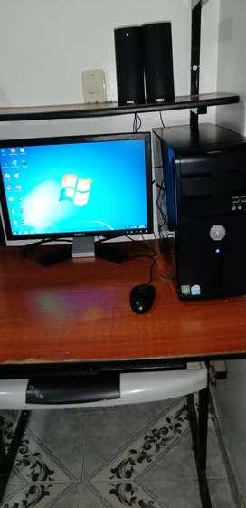 Computador Dell con escritorio