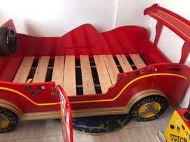 Vendo linda cama carro  niño -con su escritorio