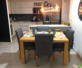 Comedor 4 puestos moderno en roble natural y sillas grises