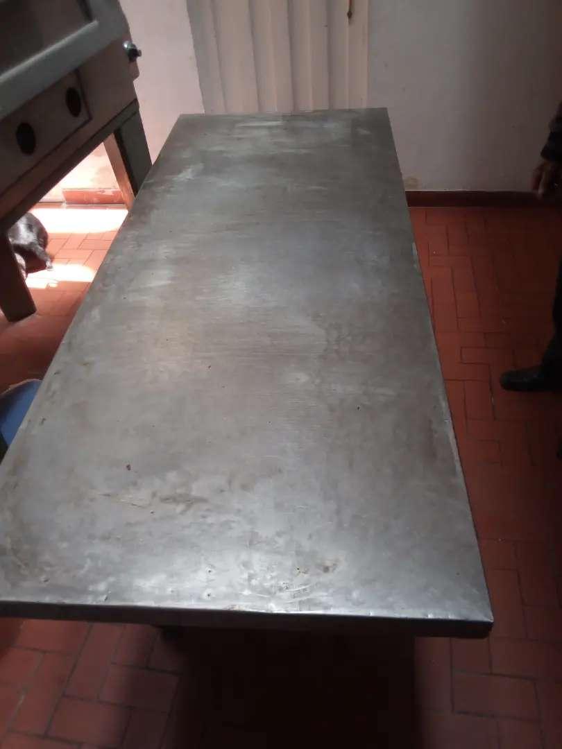 Mesa artesa y escabiladero con latas 0