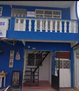 Se vende casa de dos pisos el primero consta de 5 habitaciones 1 local comercial 2baños sala comerdor cocina y patio