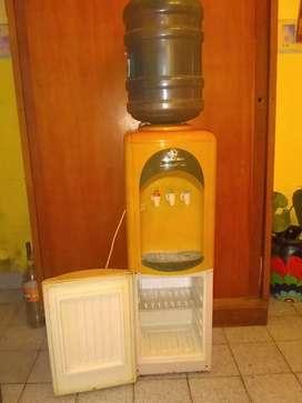 Dispenser de agua con heladera
