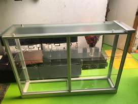 Vendo hermosa vitrina en aluminio