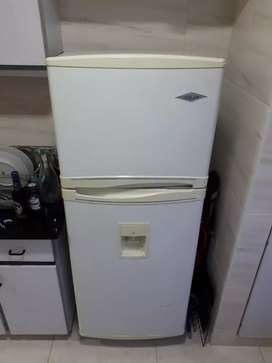 Nevera Haceb No Frost 450 Litros, con Dispensador de agua.