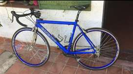Vendo bicicleta ruta de aluminio R28 de carrera.