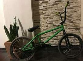 Vendo bicicieta BMX Fad Freestyle rodado 20 en excelente estado.