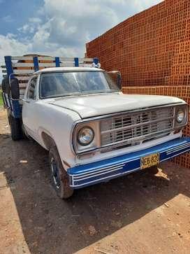 Camioneta a gas tipo de carroceria estacas blanca crema