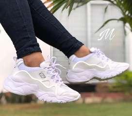 Hermoso calzado para hombre y mujer