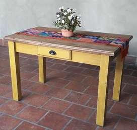Mesa de madera con cajón reciclada / decapada