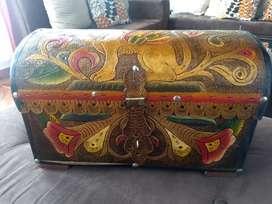 Baúl en madera con forro en cuero a color repujado. Nuevo.