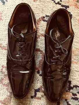 Zapatos de charol con cordon . Color negro . Usado . Medida 41 horma pie chico