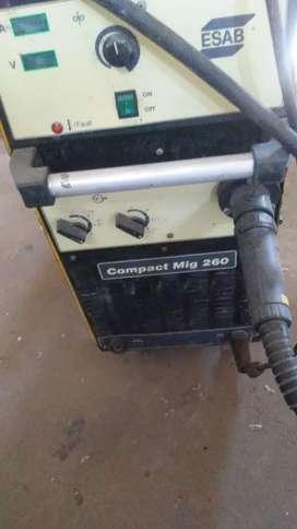 Maquina de soldar mig + 1 regulador de Argon. Con. Caudal 2 rollo de alambre usados para soldar acero y aluminio