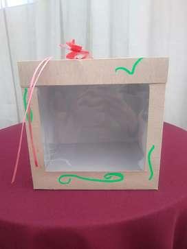 Se venden cajas para regalos con ventana en acetato