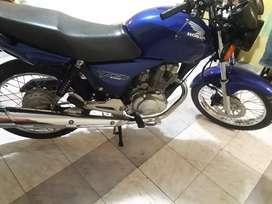 Vendo Honda titan impecable . La moto es segunda mano.con 32 mil kilómetros. Lista para transferir