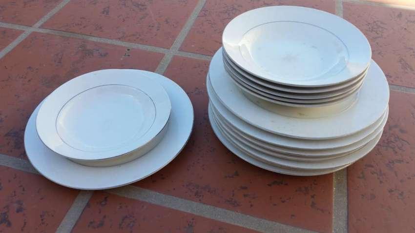 Juego de platos de porcelana china con ribete dorado 0