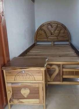 Se vende cama y mesa de noche