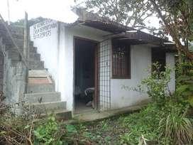 Casa 50m2; 350 m2 de terreno, sala, comedor, baño completo, cuarto bodega, agua potable, luz eléctrica, jardín.
