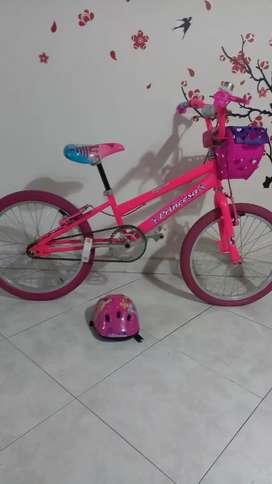 Bicicleta niña  excelente estado . Viene con el casco de princesas
