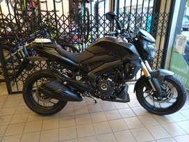 Moto Rouser Dominar 400 negra