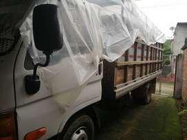 Color blanco con rojo marca HYUNDAI modelo HD 72 TRUCK año 2002 camión