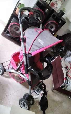Se vende coche con cargador para niña bb  muje4