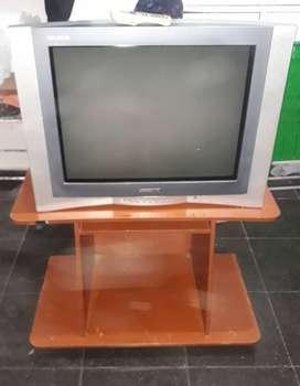 Televisor 29´´ + Mesa todo excelente condiciones, poco uso y con control remoto original en muy buen estado todo.